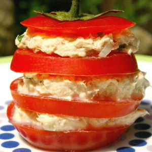 Mille-feuille de tomate, thon, fromage